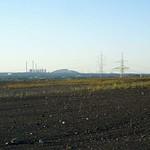 Das Kraftwerk und die Halde Scholven in Gladbeck von der Schurenbachhalde gesehen - die Entfernung zum Kraftwerk und zur Halde beträgt circa zehn Kilometer