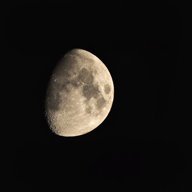 Moon using manual focus ring on Sony RX10iv