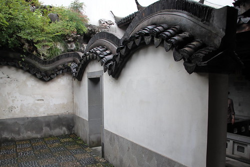 china landscape scenery travel brown 杭州 buildings roof tile eaves green plants white door arch