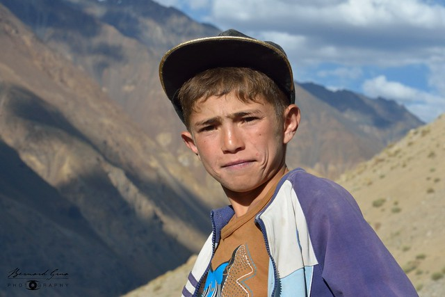 Jeune garçon wakhi de la vallée de Chapursan et ses montagnes © Bernard Grua
