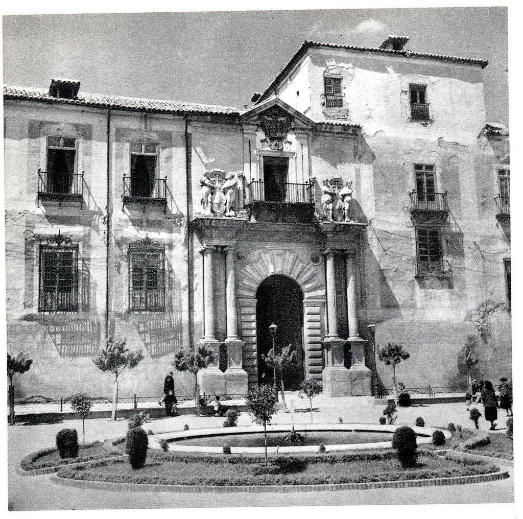 """Palacio Arzobispal  y fuente en la Plaza del Ayuntamiento en Toledo hacia 1950. Fotografía de Emmanuel Boudot-Lamotte publicada en el libro """"Espagne"""" de Maurice Legendre"""