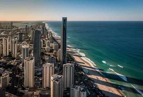 ozean schatten nachmittag sonnenlicht wasser wellen surfer strand wolkenkratzer australien nikon d810 ocean shadow afternoon sunlight water waves beach skyscrapers australia blau blue grün green meer welle skyline