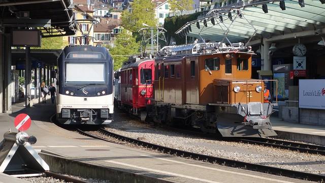Bernina Krokodil RhB 182 und Bernina Triebwagen RhB 35 im Bahnhof Montreux der Montreux - Berner Oberland Bahn (MOB)