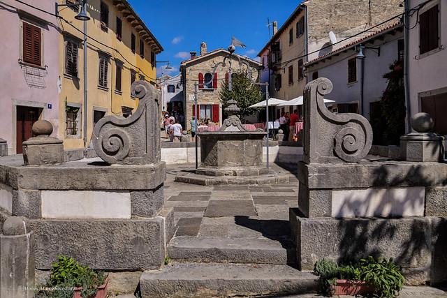 Stari grad Buzet - bunar na velome trgu