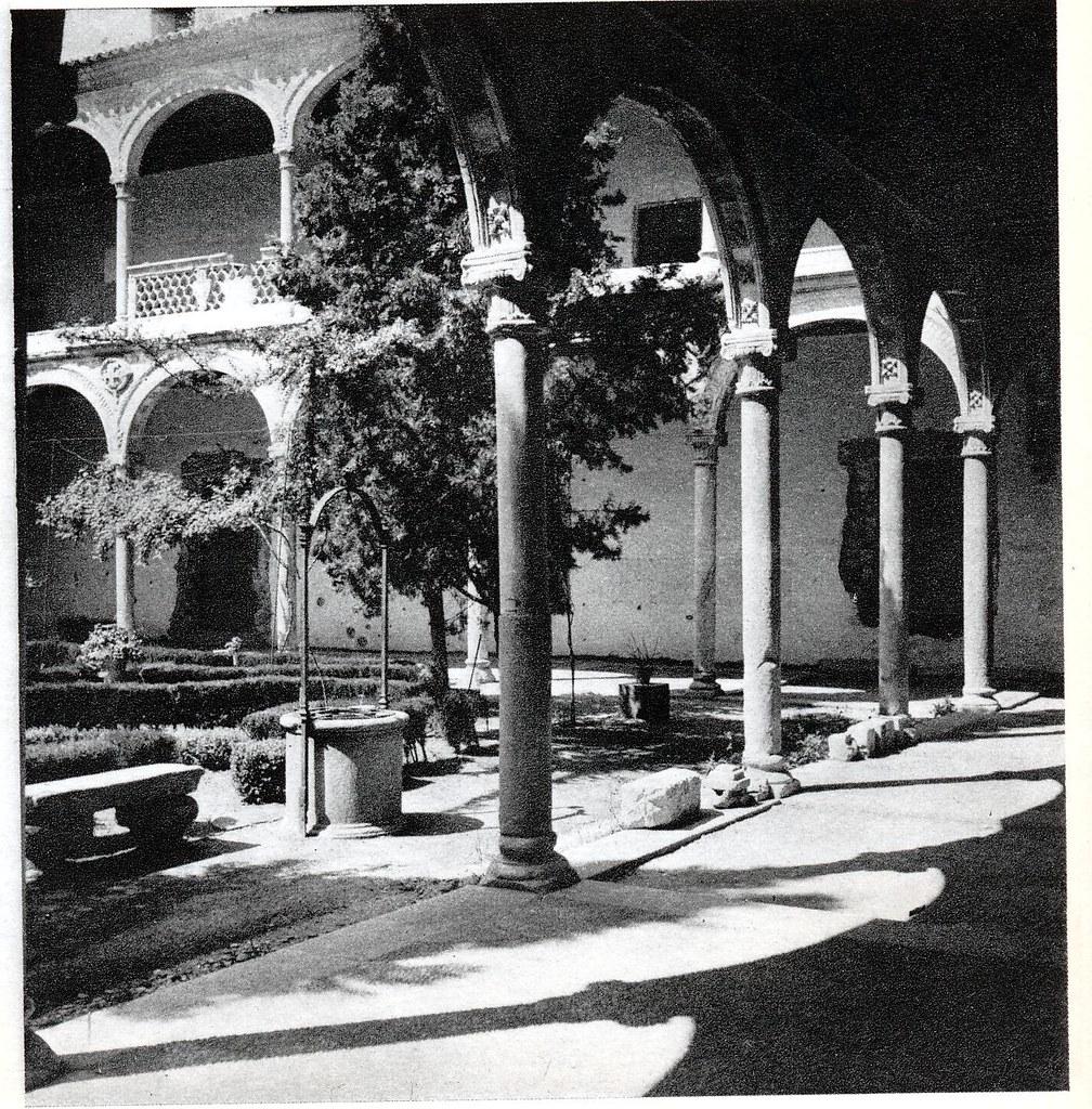 """Museo de Santa Cruz de Toledo hacia 1950. Fotografía de Emmanuel Boudot-Lamotte publicada en el libro """"Espagne"""" de Maurice Legendre"""