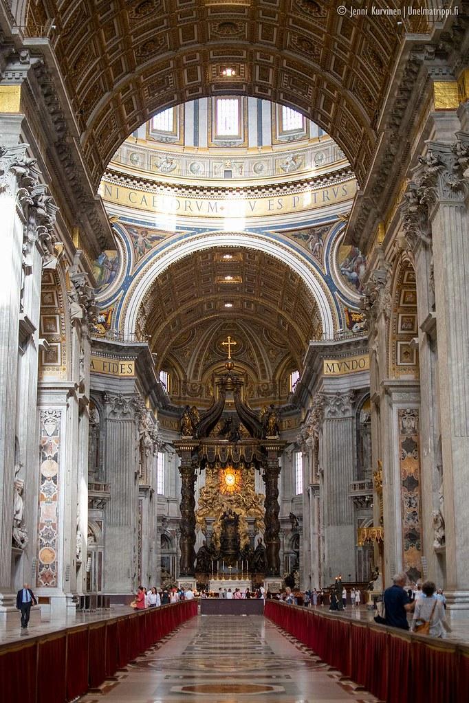 Kirkkokäytävä ja yksi alttareista Pietarinkirkossa
