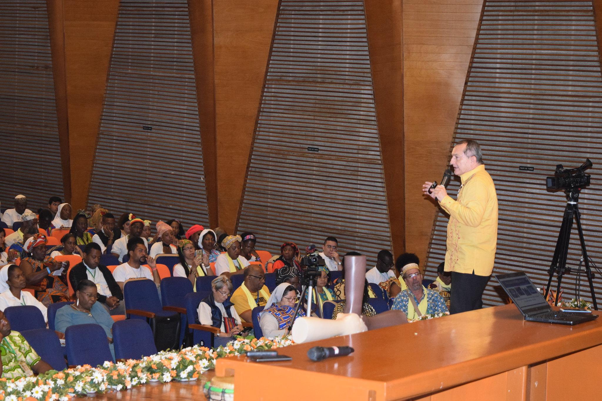Jesús Flórez, de la Universidad Autónoma y el Centro de Estudios Étnicos, presentó la ponencia del tema del Diálogo entre las raíces afroamericanas y la espiritualidad cristiana, en el auditorio principal de la Universidad San Buenaventura, en el marco del XIV EPA Cali 2018.