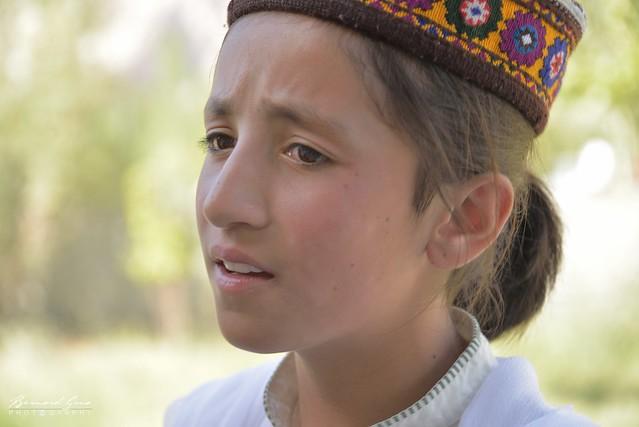Jeune fille Wakhi en train de chanter au festival Passu Face Mela © Bernard Grua