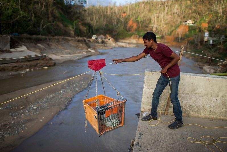 Transportando artículos en Charco Abajo, Utuado.