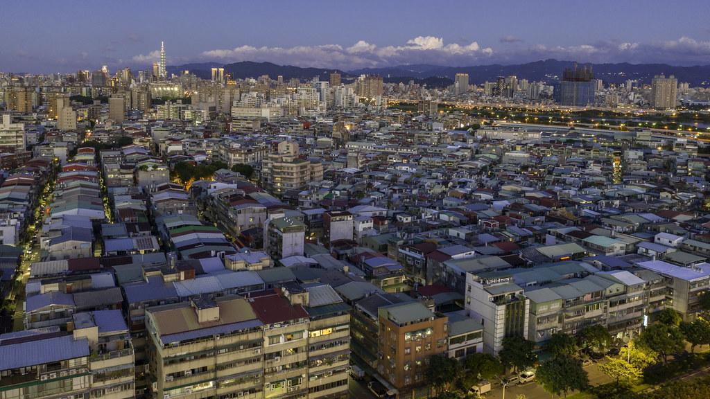 鐵皮屋 this area looks like slum. | TAIPEI