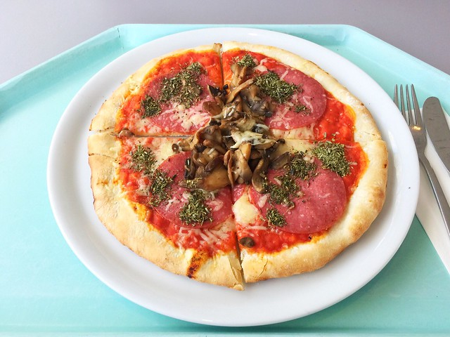 Oven fresh pizza with salami, mushrooms & mozzarella / Ofenfrische Pizza mit Salami, Champignons & Mozzarella