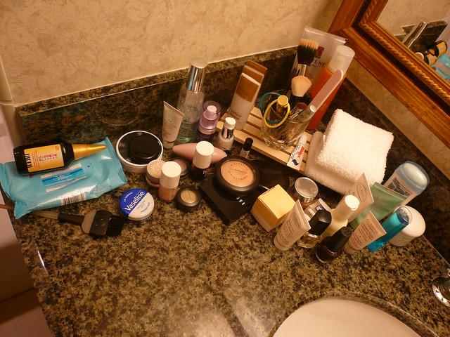 divers produits cosmétiques dans une salle de bains
