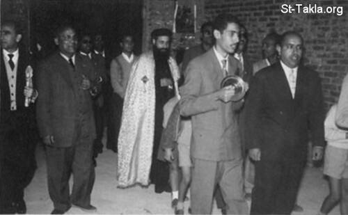 في كنيسة الشهيد جرجس الروماني في سبورتنج، الإسكندرية - سنة 1960 تقريباً، ويظهر السيد يوسف حبيب على يسار أبينا بيشوي كامل
