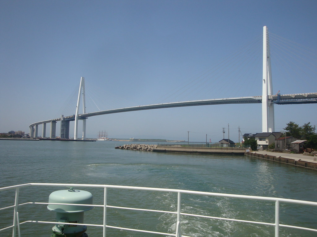 渡船から新湊大橋