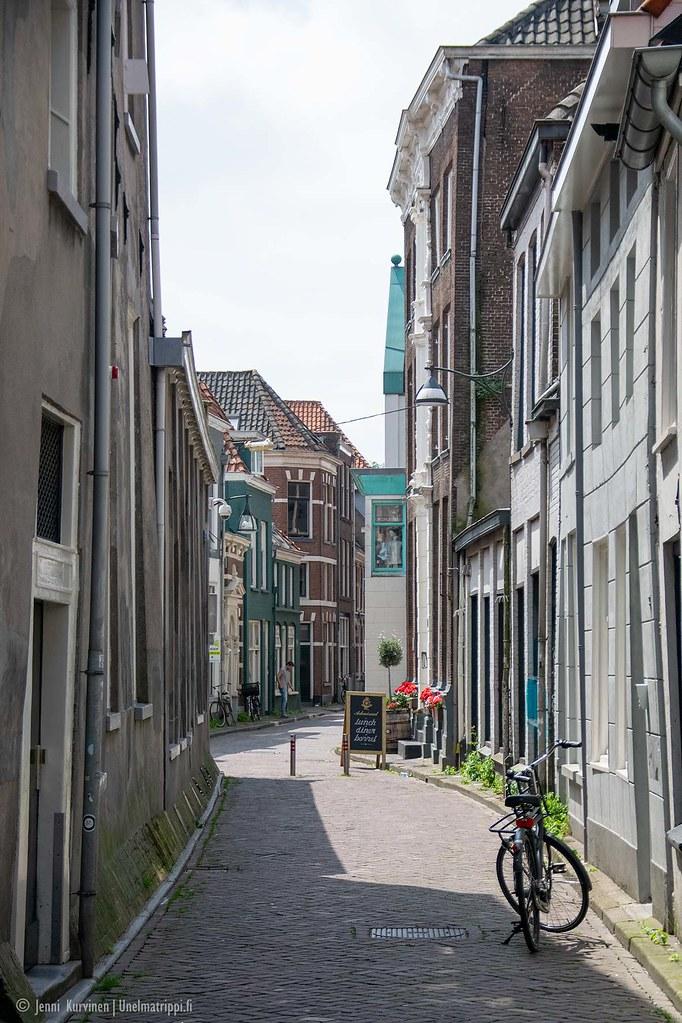 Polkupyörä tyhjällä kujalla Zwollessa