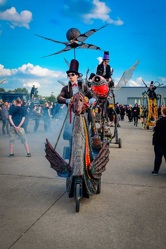 himmel steampunk technik old mera luna musikfestival dieselpunk porträt personen 2018 hildesheim flughafen sonne wolken mèraluna sonnenbrille hut kostüm sunset x100s fuji flugmaschinen colourful