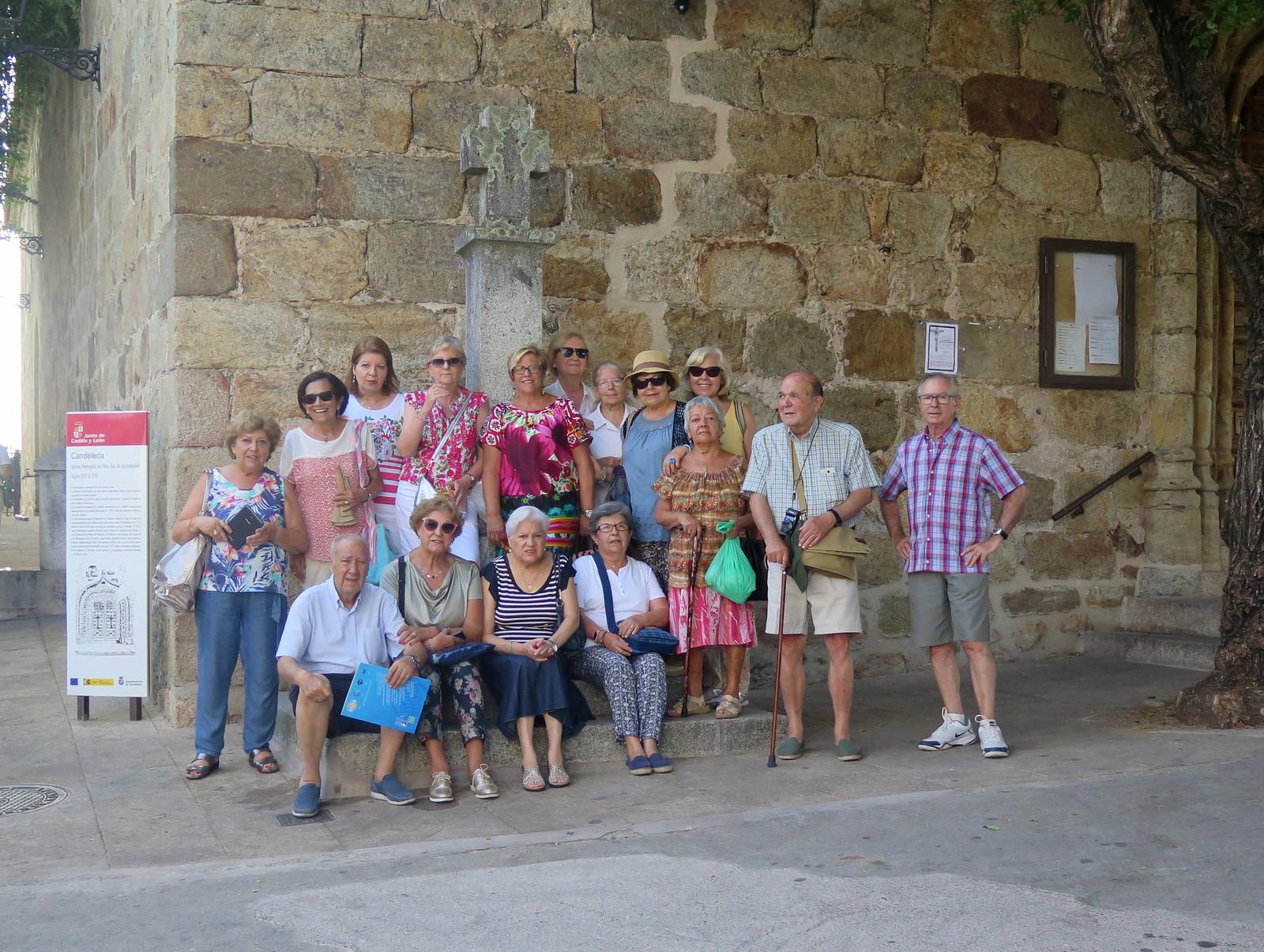 Foto del grupo, en la entrada de la Iglesia de Nuestra Señora de la Asunción (Candeleda)