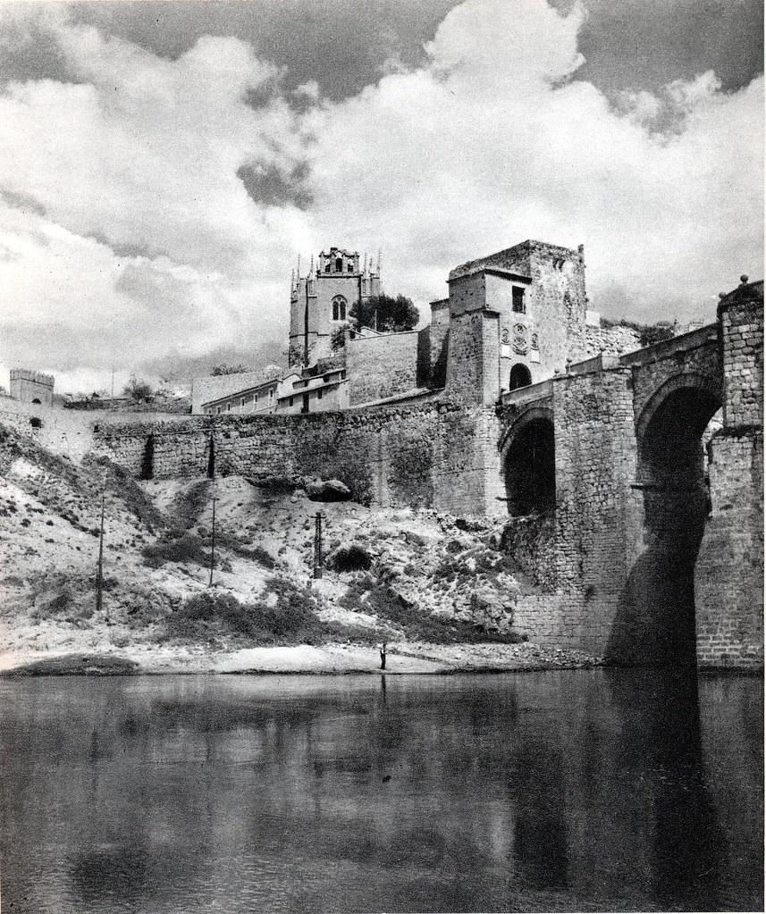 """Puente de San Martín en Toledo hacia 1950. Fotografía de Emmanuel Boudot-Lamotte publicada en el libro """"Espagne"""" de Maurice Legendre"""
