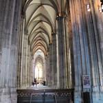 Das Gewölbe ist im Kölner Dom sehr hoch