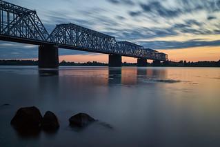 Рассвет возле ЖД моста через Волгу   by velofotolubitel