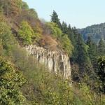 Steile Felswand an der Wolkenburg (324 m), einem Nachbarberg des Drachenfelses