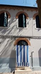 Controcorrente... A Burano, c'è anche chi non ama le tinte forti e sceglie un neutro, forse per esaltare le finestre. Ma a giocare con le superfici, ci pensano le ombre degli alberi...