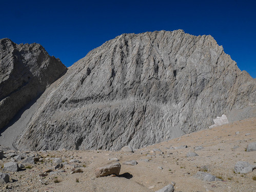 Hrmm looks like this sandy slope just falls off a cliff (Junction Peak behind the dropoff) | by snackronym