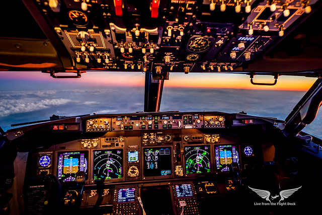 B737 Cockpit - Sunset approach into Madrid
