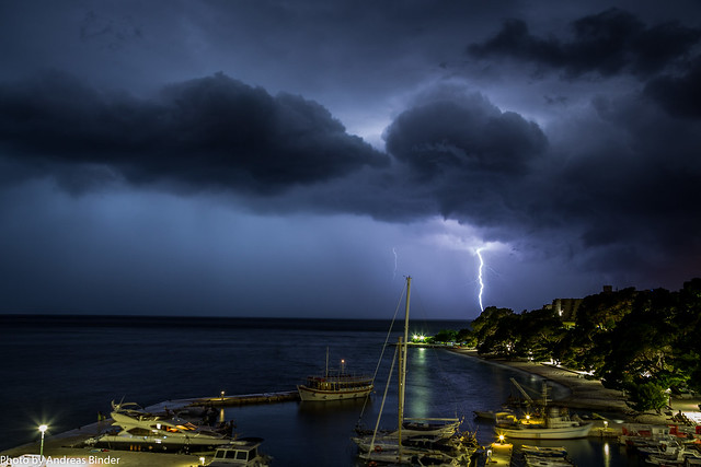 Brela - Gewitterwolken und Blitz in der Nacht