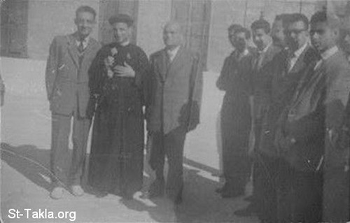 المقدس يوسف حبيب إلى يمين أبونا بيشوي، في يوم رسامته الأربعاء 2 ديسمبر عام 1959