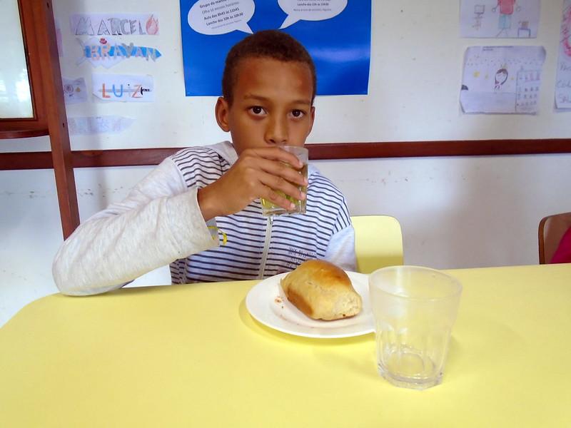Saboreando o pão com goiaba feito pelos alunos  (26)