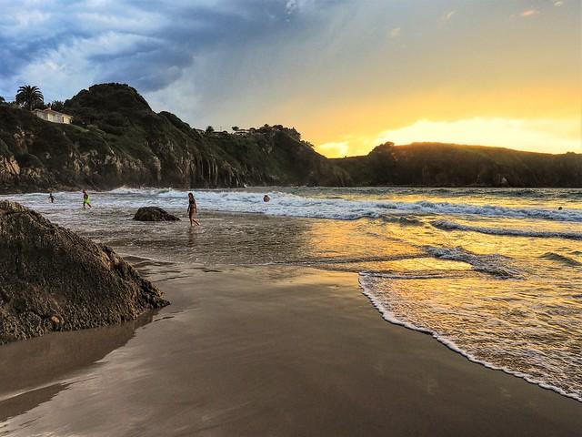 Atardecer en la playa  de Amio. Pechón, Cantabria.