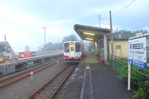 霧に包まれる野田玉川駅 海と山が絡み合う複雑な地形の中を走り、トンネルが多い