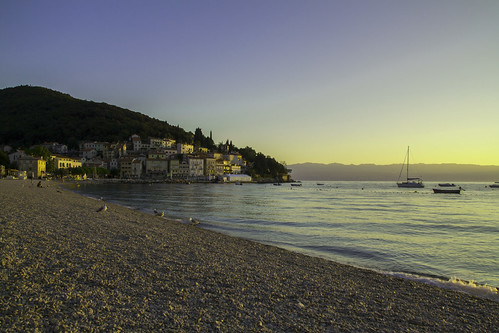 sea močeniškadraga beach sunrise rocks sky blue boat houses