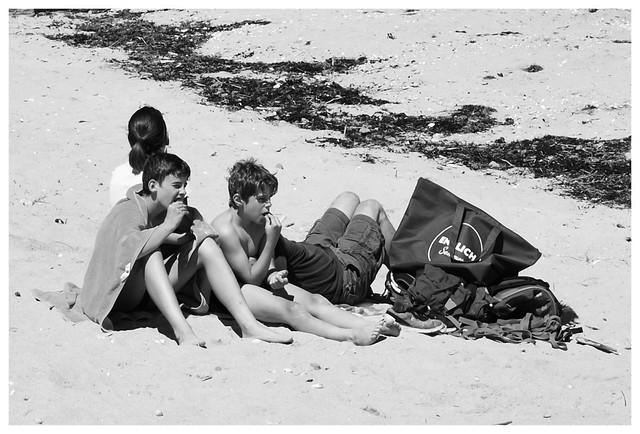 Scène de plage, derniers jours de vacances, pique nique on the beach, Normandie.