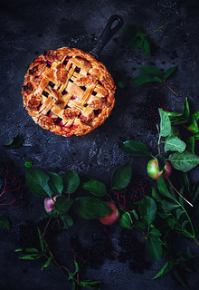 Pie with apples and black elderberries копия.
