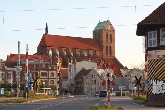 Wismar: Bahnübergang an der mit der St.-Nikolai-Kirche im Hintergrund