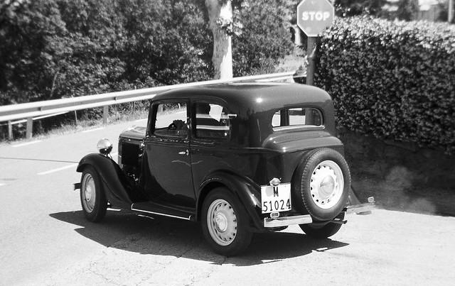 La càmara és més vella que el cotxe / The camera is older than the car