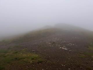 Ceata mare pe drumul din creasta | by mergpemunte.ro