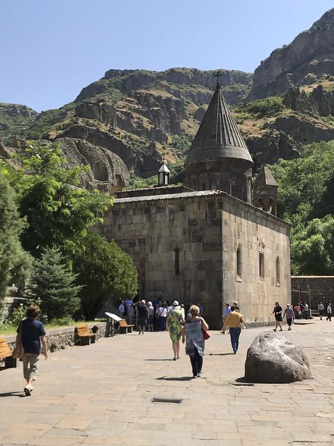 IMG_0723 Armenia : Monastero di Geghard - Entrata e sagrato della chiesa di S. Katoghike - con valle superiore dell'Azat - UNESCO Patrimonio dell'Umanità dal 2000