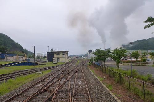 転車台が現役の釜石駅構内 製鉄所の煙が目立つ