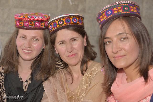 Les professeurs ont fière allure avec les chapeaux wakhi de leurs élèves © Bernard Grua
