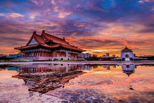 chiang kaishek memorial hall 中正紀念堂 國家戲劇院 晨曦 日出 d850 1424mm 天空 風景 自然 建築 水塘 倒影 sunrise