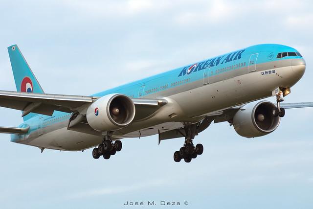 Korean B777-3B5ER HL8208