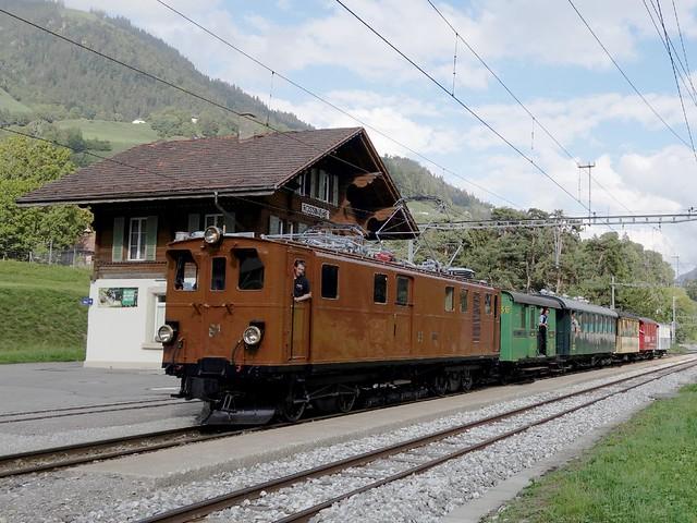 Lok Ge 4/4 81 (erbaut 1916) auf dem auf dem Netz der Montreux - Berner Oberland Bahn in Rossinière.