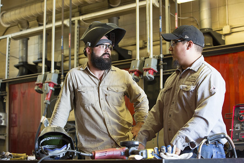 welding_student_talking_instructor_G71A5203