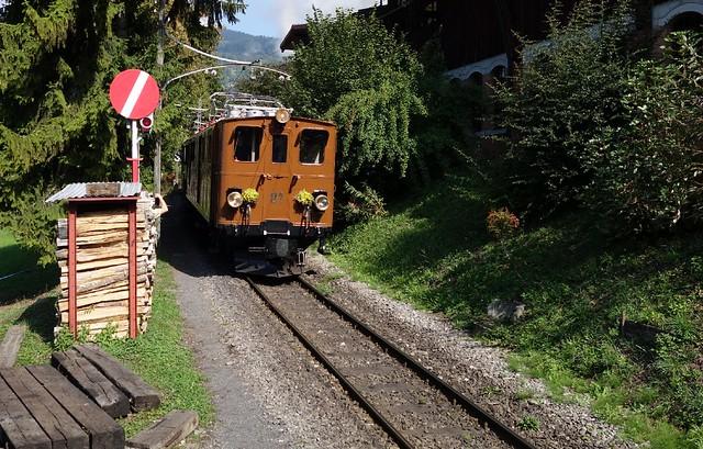 Berninabahn / RhB  Ge 4/4 81 beim Einfahrtsignal zum Depot / Museum Chaulin der Museumsbahn Blonay Chamby.