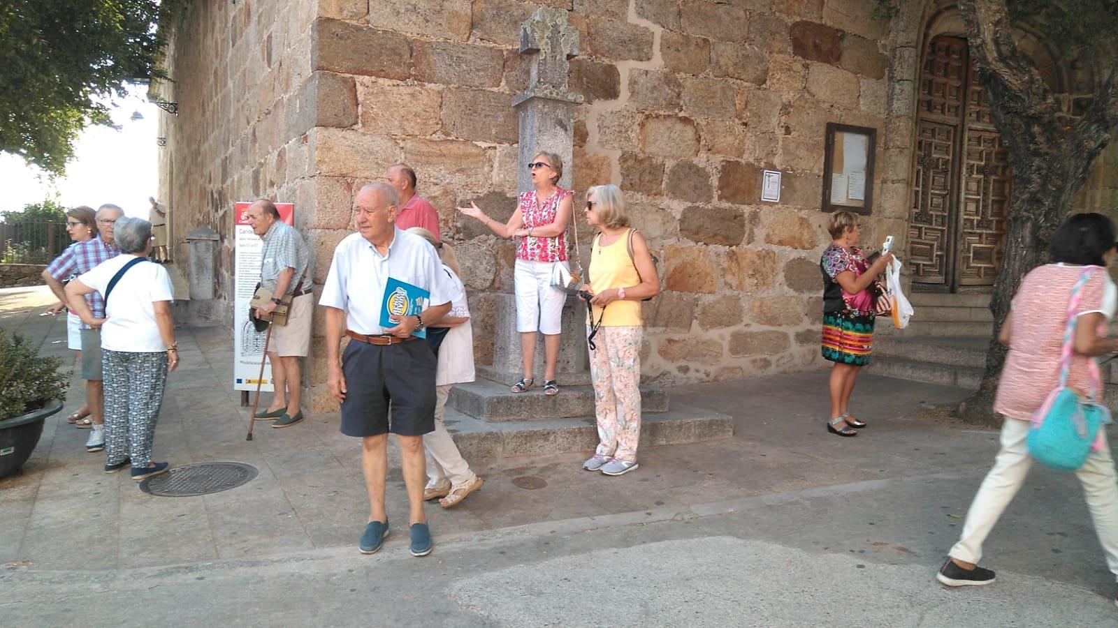 El grupo, en la entrada de Iglesia de Nuestra Señora de la Asunción (Candeleda)