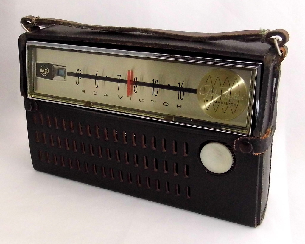 Vintage RCA Victor Globe Trotter Transistor Radio, Model 3