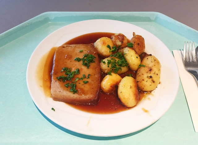 Meat loaf in onion sauce with roast potatoes / Hackbraten in Zwiebelsauce mit Bratkartoffeln